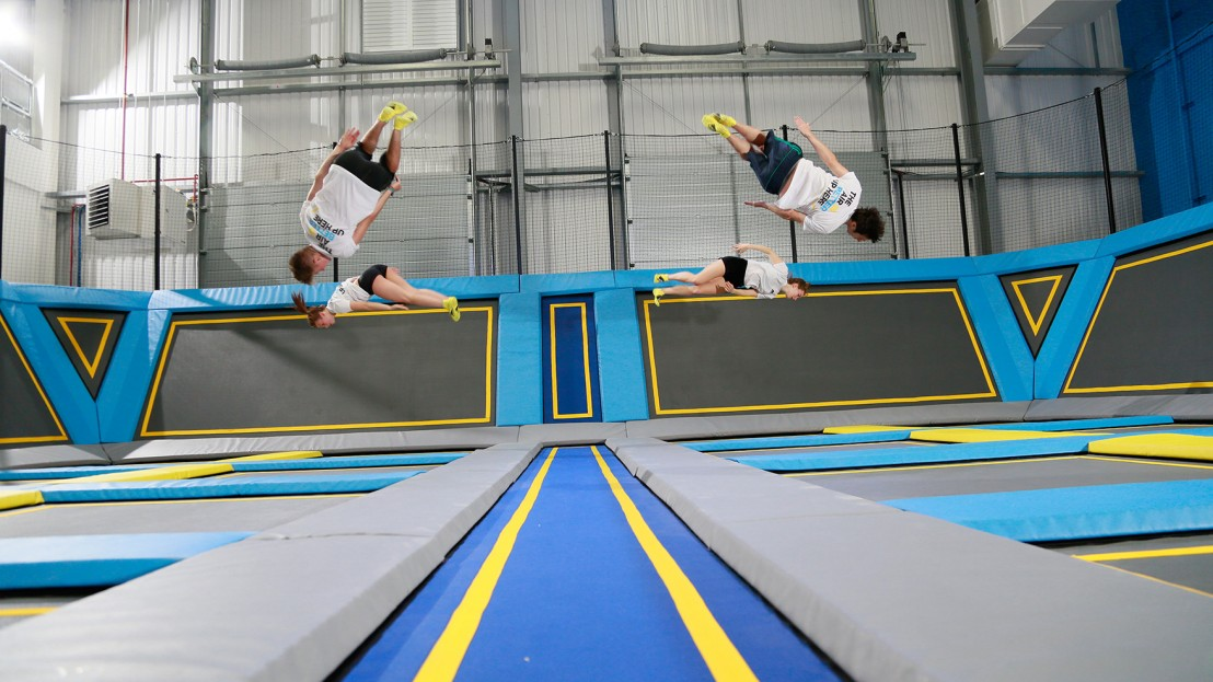 4 gymnasts jumping at the Oxygen Freejumping trampoline park