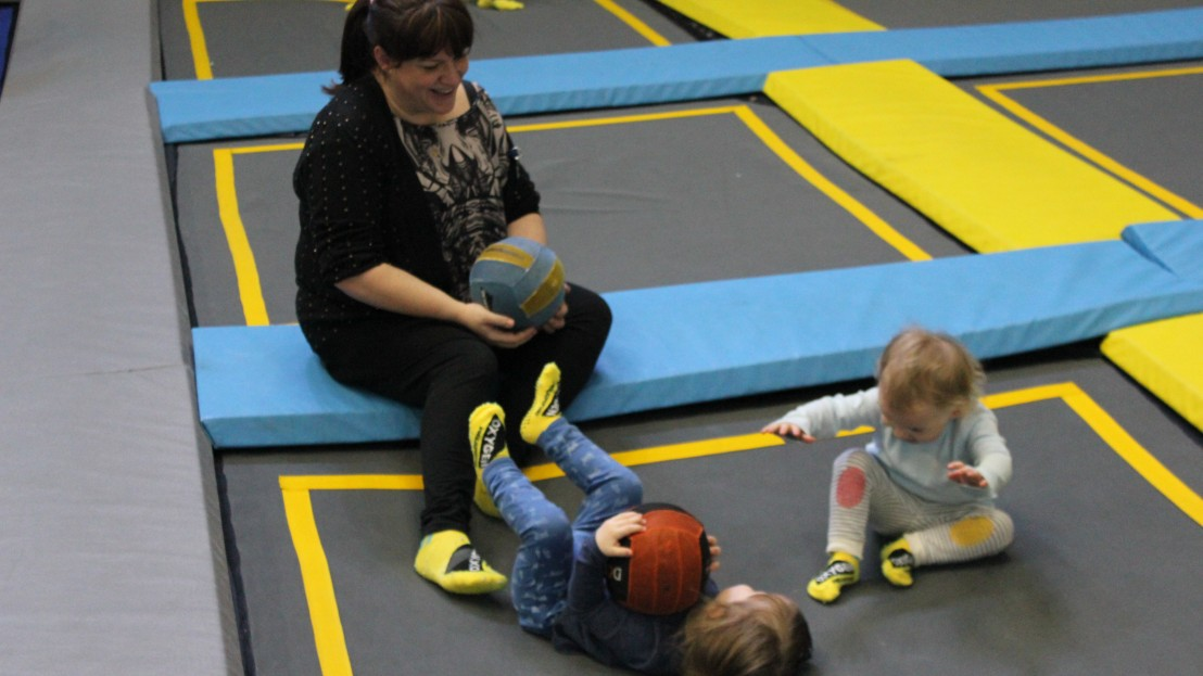 children play on the trampoline at Oxygen Freejumping